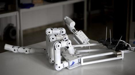 Mão robótica gigante